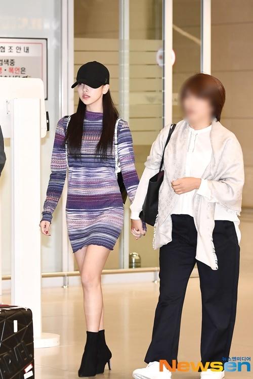 Mina cùng mẹ về Hàn. Trước đó, nữ thần tượng bất ngờ xuất hiện trong concert của Twice ở Nhật, cô nàng đang dần quay lại với các hoạt động sau thời gian nghỉ dưỡng bệnh.