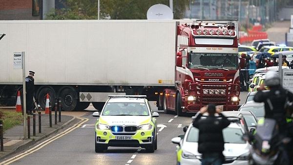 Chiếc xe tải chở 39 thi thể được cảnh sát đưa rời khỏi hiện trường. Ảnh: Sky News.