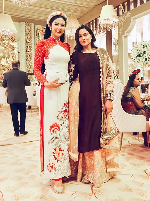 Miss Universe Nepal 2018 Manita Devkota (từng thi Miss Universe 2018 cùng H' Hen Niê). Cô đã hào hứng giới thiệu về văn hoá Việt Nam và ngỏ lời mời hai người đẹp Nepal hãy ghé thăm Hà Nội để khám phá vẻ đẹp thiên nhiên, con người mảnh đất chữ S.