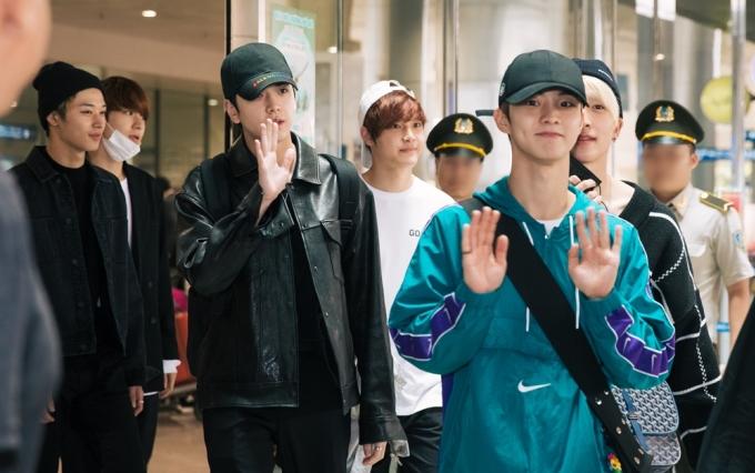 <p> Trước đó, vào trưa cùng ngày, The Boyz được đông đảo người hâm mộ chào đón tại sân bay Tân Sơn Nhất. Các thành viên chọn trang phục thoải mái, tông màu đen trắng phổ biến.</p>