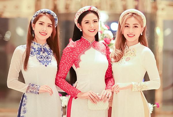 Hoa hậu Ngọc Hân, Á hậu Phương Nga và vợ chồng diễn viên Minh Tiệp vừa có chuyến đi Ấn Độ để dự hôn lễ của nhà đại gia Davinder Singh Thapar. Davinder Singh Thapar là doanh nhân nổi tiếng của tiểu bang Punjab. Ông tổ chức đám cưới cho con gái kéo dài 5 ngày theo truyền thống đạo Sikh.