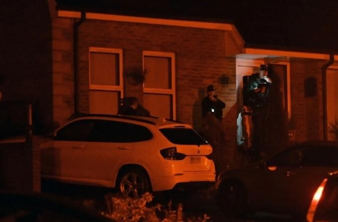 Cảnh sát đột nhập ngôi nhà ở quận Armagh, bao gồm nhà của Mo Robinson và cha mẹ anh. Ảnh:  Pacemaker Press.