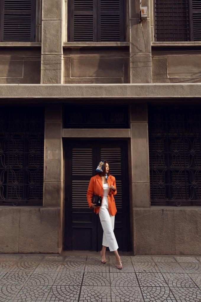 <p> Ở set đồ khác, cô chọn áo ôm mix cùng quần ống suông, điểm nhấn là áo blazer sắc cam.</p>