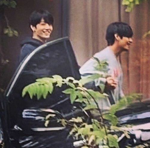 Khoảnh khăc V nắm tay Jung Kook bước ra xe khiến fan ôm tim vì quá đáng yêu.