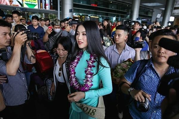 Đáp chuyến bay từ Philippines về Việt Nam sau khi đăng quang Hoa hậu Trái đất 2018, cô xuất hiện trong vòng vây của người hâm mộ. Trước khi đăng quang, người đẹp gốc Bến Tre từngđoạt danh hiệu Á hậu 2 cuộc thi Hoa hậu Biển Việt Nam toàn cầu. Cô cao 1,71 m, nặng 51 kg, số đo ba vòng là 90-58-94 cm.