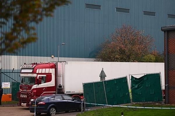 Xe container chở thi thể các nạn nhân rời hiện trường ở cảng Purfleet hôm 24/10. Ảnh: PA.