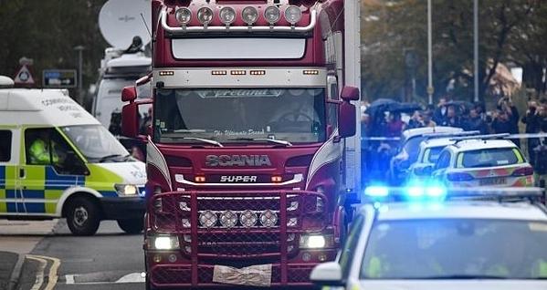 Cảnh sát hộ tống chiếc xe tải chứa 39 xác chết được phát hiện tại khu công nghiệp ở Grays, Essex. Ảnh: AFP