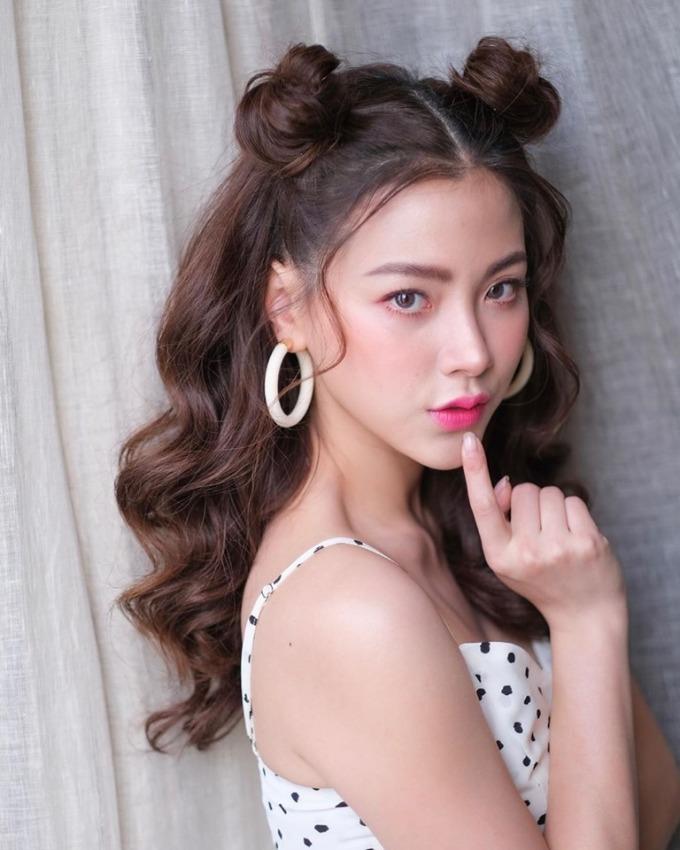 <p> Có gương mặt thanh thoát, xinh đẹp, Baifern Pimchanok trông trẻ trung hơn so với tuổi thật 27. Nữ diễn viên thường xuyên làm mới mình bằng những kiểu tóc sáng tạo, mỗi lần xuất hiện là một diện mạo khác biệt.</p>