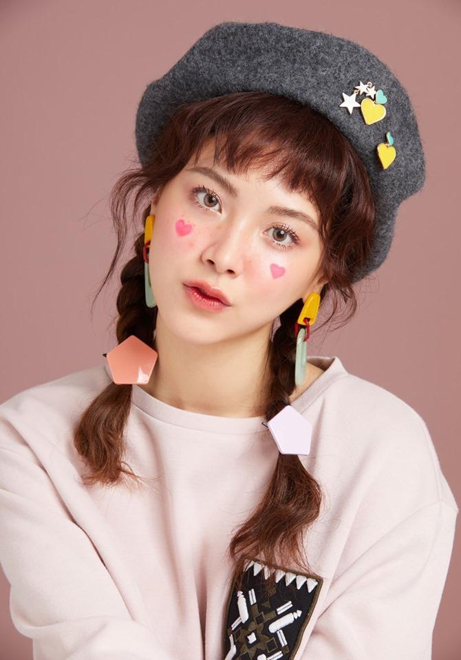 <p> Dây chun buộc tóc nhựa nhiều màu giúp mỹ nhân Thái Lan trông như mới đôi mươi dù gần chạm mốc 30.</p>