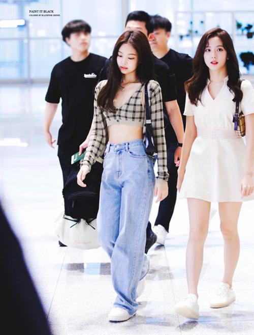 Cách mặc của Chi Pu được nhiều fan so sánh với Jennie. Trong một lần ra sân bay, mỹ nhân Black Pink có lốikết hợp giống hệt. Ngoài việc mặc cả set áo len họa tiết kẻ, Jennie cũng mixvới quần ống thụng cạp cao đúng xu hướng năm nay.