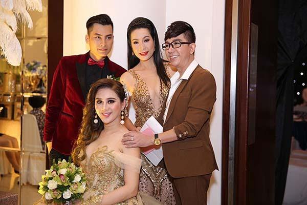Những bộ váy cưới của Lâm Khánh Chi đều có kiểu dáng lộng lẫy, bồng xòe, đính kết tỉ mỉ đậm chất hoàng gia, vì thế cô cũng mong muốn bạn bè đến dự lên đồ cầu kỳ hết cỡ. Khách mời nam được yêu cầu mặc vest bảnh bao, khách mời nữ diện đầm dạ hội.