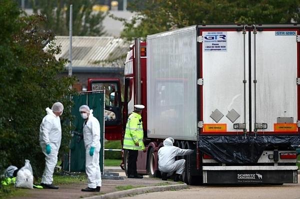 Cảnh sát tại hiện trường nơi các thi thể được phát hiện trong một chiếc xe tải, ở Grays, Essex, Anh hôm 23/10. Ảnh: Reuters.