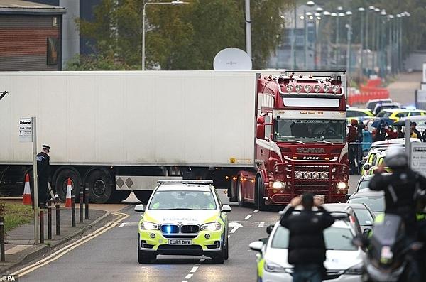 Hành động ấm lòng của cảnh sát và người Anh trước nạn nhân xấu số - 1