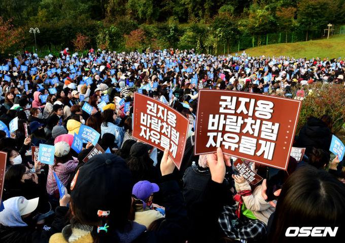"""<p> Các fan xếp hàng từ sớm để được tận mắt chứng kiến giây phút xuất ngũ của """"ông hoàng Kpop"""".</p>"""