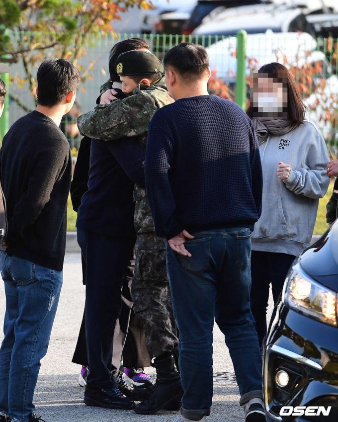 <p> Bố của nam ca sĩ cũng có mặt để chào đón con trai trở về từ quân ngũ. Trước đó, anh nhập ngũ ngày 26/2/2018, gia nhập sư đoàn Bộ binh số 3 ở Cheorwon, tỉnh Gangwon.</p>