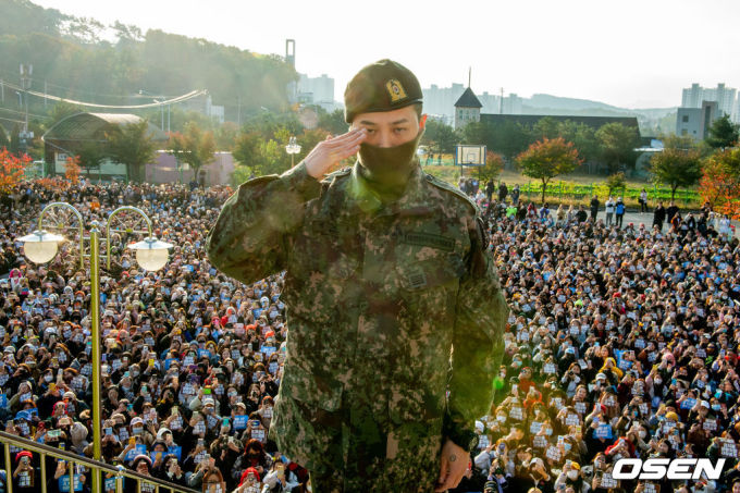 <p> Ước tính có khoảng 3.000 fan từ Hàn, Nhật và nhiều nước châu Á đã trực tiếp đến đón trưởng nhóm Big Bang trở về từ quân ngũ.</p>