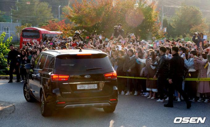 """<p> Báo Hàn phân tích, sự trở lại của G-Dragon có thể là một tín hiệu tốt, được kỳ vọng """"vực dậy"""" YG Entertainment sau quãng thời gian khủng hoảng vừa qua.</p>"""