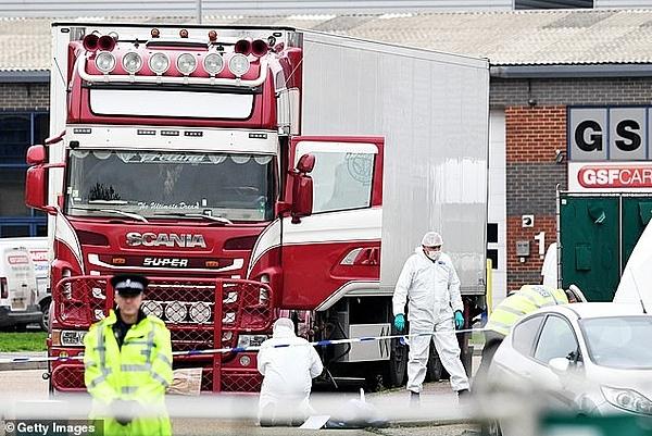 Pháp y và cảnh sát làm việc tại hiện trường xe container chở 39 thi thể. Ảnh: Getty.