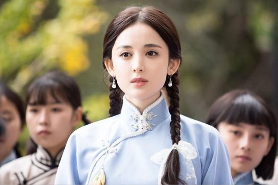 Bộ phim điện ảnh Hát vì tổ quốc đang được phát hành trên hệ thống rạp phim Trung Quốc. Nữ chính Cổ Lực Na Trát lần đầu xuất hiện trong mộ bộ phim dân quốc. Bộ phim kể về cuộc đời của người sáng tác bài quốc ca của Trung Quốc. Na Trát vào vai mối tình đầu của nhạc sĩ, chỉ xuất hiện rất ít nhưng vẫn nhận được sự chú ý của người xem vì ngoại hình quá xinh đẹp.