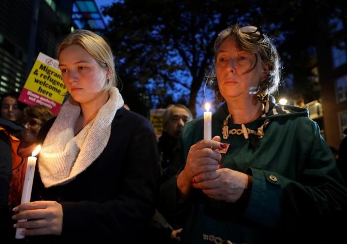 """<p> Ngày 23/10, 39 thi thể được tìm thấy trong một chiếc xe tải ở Essex, phía Đông Bắc của London. Các quan chức, chính trị gia và người dân Anh đều """"rất sốc"""" sau khi biết sự việc bi thảm này. Một buổi cầu nguyện dưới ánh nến đã được tổ chức ngay ngày hôm sau đó để tưởng niệm những người xấu số.</p>"""