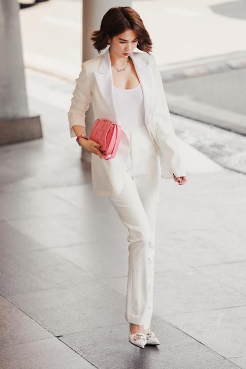 Ngọc Trinh mới đây ra sân bay đi Hà Nội, sau đó lên Sa Pa để dự show Thu Đông của NTK Lê Thanh Hòa. Người đẹp diện cả cây trắng thanh lịch, kín đáo khác hẳn so với thường lệ.