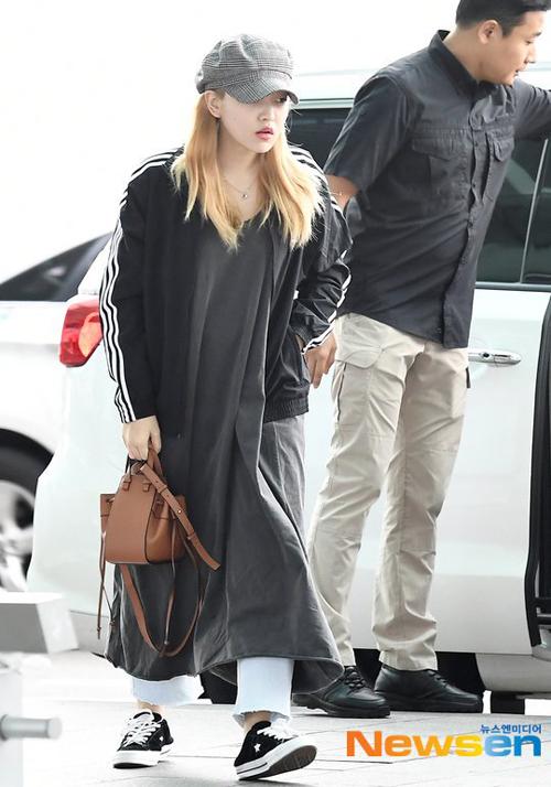 Yeri (Red Velvet) diện nhiều lớp gồm váy rộng thùng thình cùng với quần jeans ở trong, cộng thêm áo khoác thể thao ở ngoài. Set đồ sai quá sai khiến idol 20 tuổi bị chê trông như bà thím.