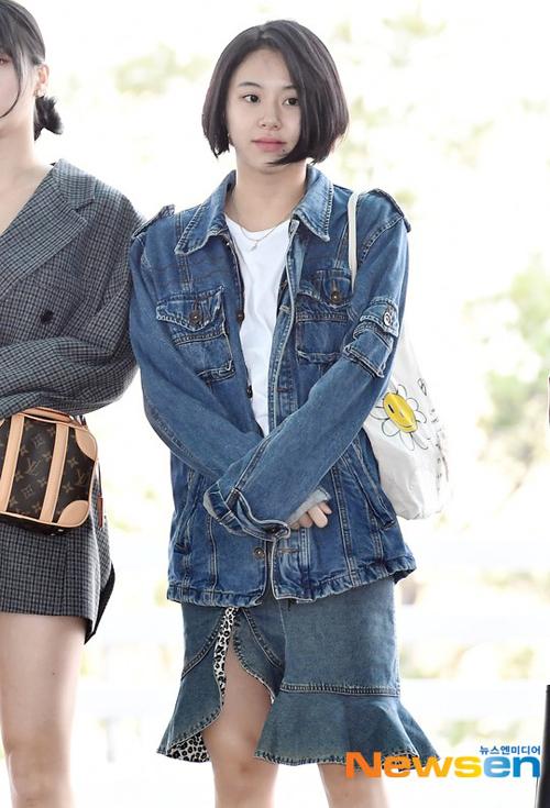 Chae Young (Twice) diện nguyên set denim, song áo khoác và chân váy cứng nhắc không hòa hợp khiến cô nàng khó ghi điểm.