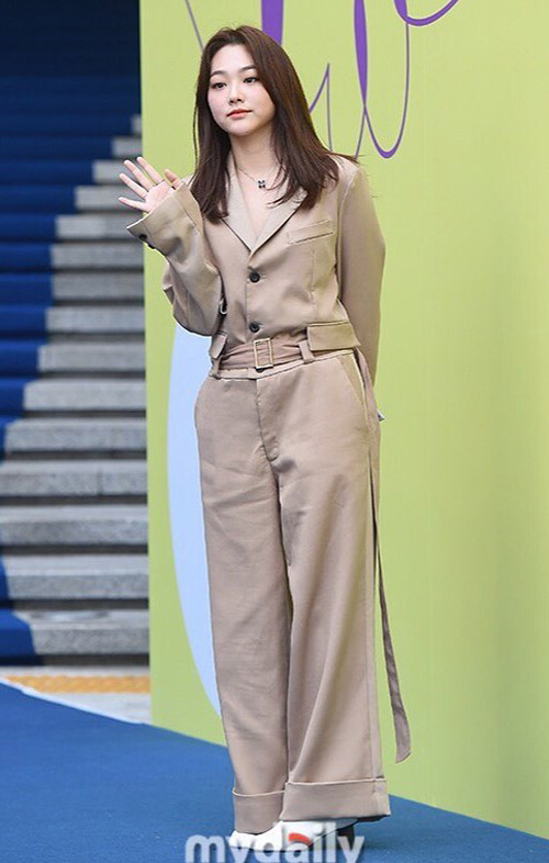 Kang Mina (Gugudan) bị cộng tuổi vù vù và dìm dáng khi diện nguyên set của Jarret  tại 2020 S/S Seoul Fashion Week.