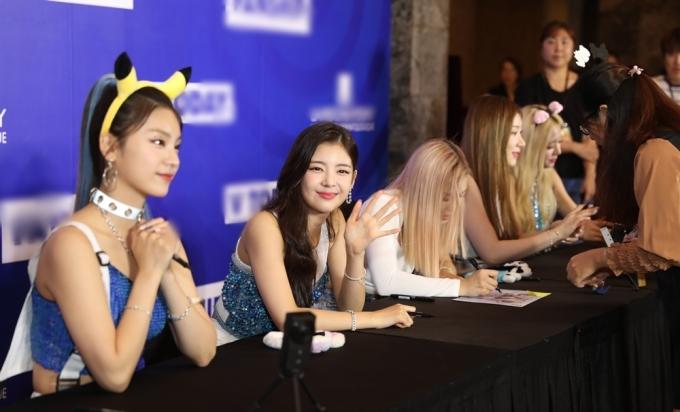 <p> Các cô gái liên tục mỉm cười trước ống kính.</p>