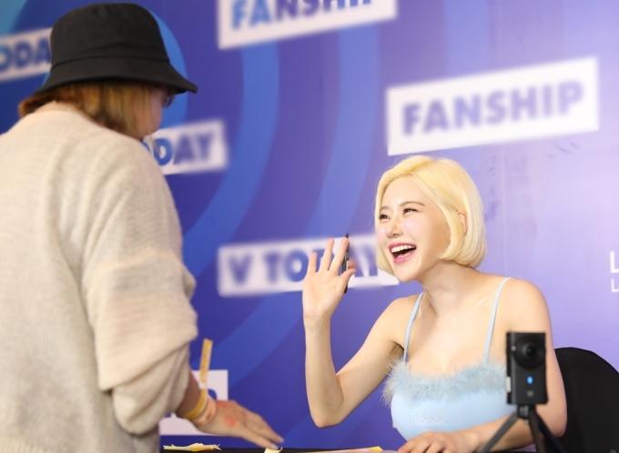 <p> Cô liên tục tương tác với những fan may mắn có mặt tại buổi ký tặng.</p>