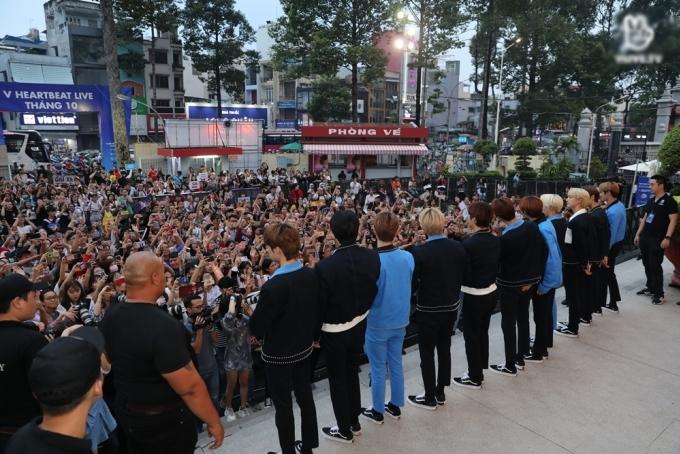 <p> The Boyz vẫy chào fan phía ngoài Nhà hát Hòa Bình.</p>
