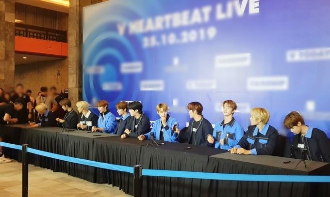 <p> Các chàng trai The Boyz khoe visual điển trai tại buổi ký tặng.</p>