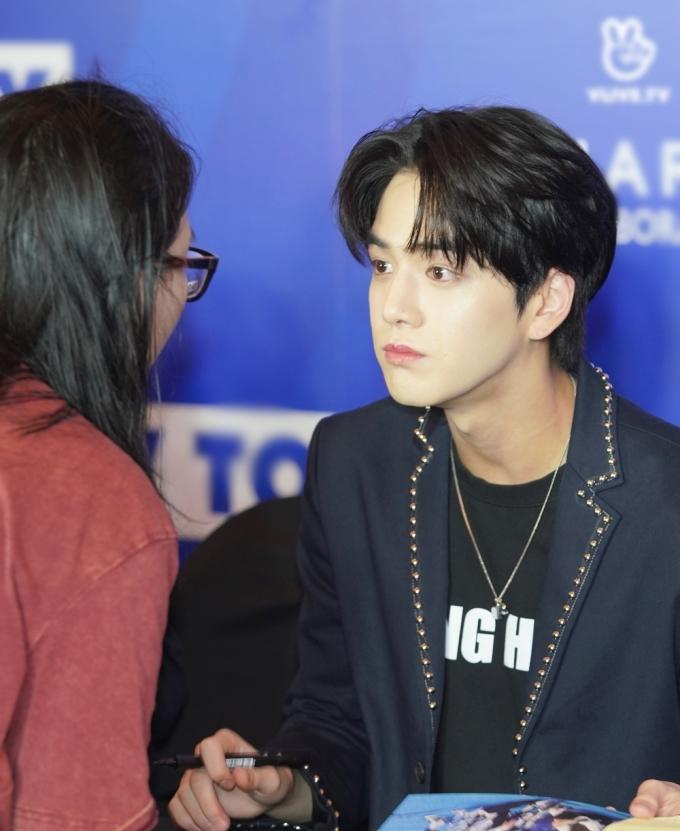 <p> Young Hoon trao ánh nhìn trìu mến cho fan.</p>