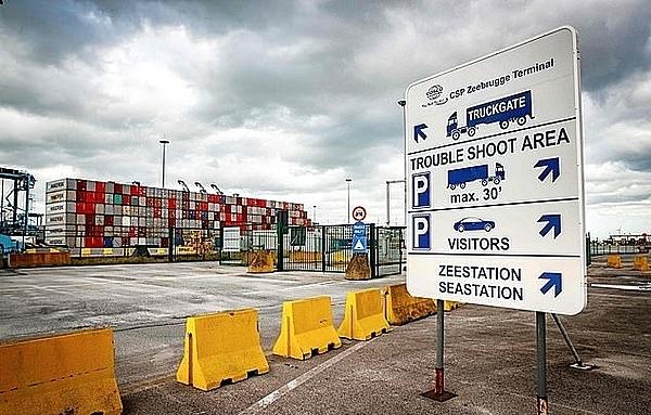 Cảng Zeebrugge, Bỉ, nơi thùng container được chở bằng phà vượt biển đến Anh hôm 22/10. Ảnh: AFP.