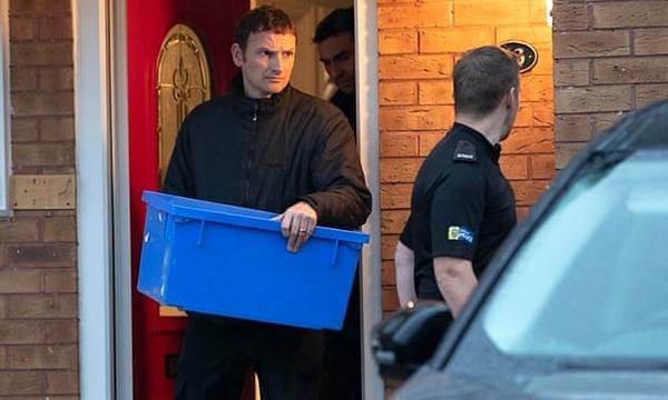 Cảnh sát tiến hành khám xét nhà của Joanna và Thomas Maher ở Warrington. Ảnh: Jason Roberts / PA.