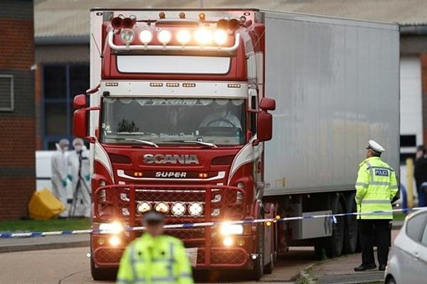 Nhân viên pháp y lái xe container rời khỏi khu công nghiệp Waterglade, thị trấn Grays, hạt Essex ngày 23/10. Ảnh: Reuters.