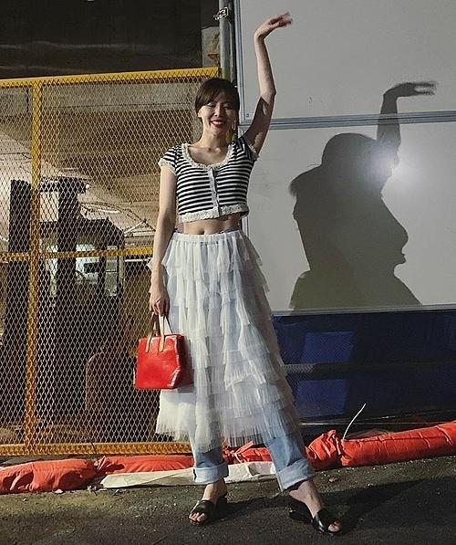 Váy tutu xếp tầng điệu đà nhưng lại kết hợp với quần jeans bên trong khiến set đồ của HyunA luộm thuộm và nặng nề.