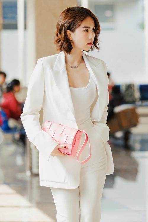 Đi kèm với bộ suit trắng, Ngọc Trinh kết hợp cùng clutch hồng của Bottega Veneta và giày cao gót của Balenciaga. Cô còn đeo chiếc đồng hồ Hublot có giá 1,5 tỷ đồng.