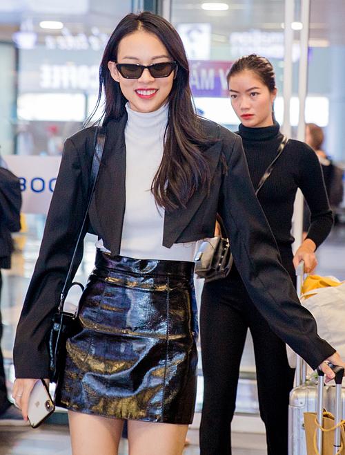 Nhiều sao Việt cũng có mặt trên chuyến bay ra Hà Nội. Phí Phương Anh diện áo khoác và chân váy da rất đúng mốt.