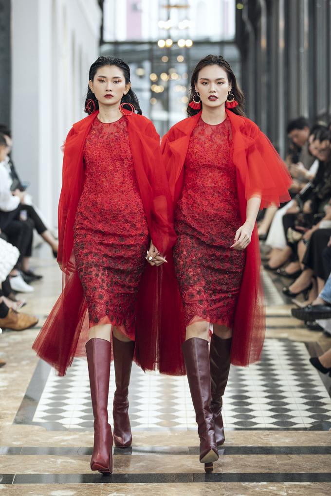 <p> Ở màn ba, nhà thiết kế giới thiệu những thiết kế ấn tượng mang tinh thần Haute Couture, xử lý kỳ công, tinh tế.</p>