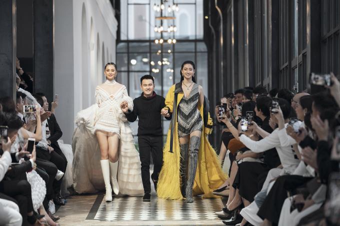 <p> Sau màn trình diễn này, bộ đôi người đẹp Thùy Linh và Tiểu Vy cùng Lê Thanh Hòa và toàn bộ người mẫu tiến ra chào kết. Nhà thiết kế xúc động khóc và gửi lời cảm ơn trước sự có mặt của đông đủ các khách mời tại show diễn.</p>