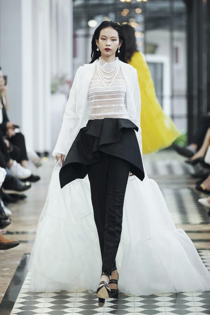 """<p> Ở màn đầu tiên """"Đường đến Tây Bắc"""", Lê Thanh Hòa ưu tiên sử dụng những bộ đầm vest, váy xòe cùng trang sức ngọc trai gợi hình ảnh những cô gái thành thị đến với Tây Bắc.</p>"""