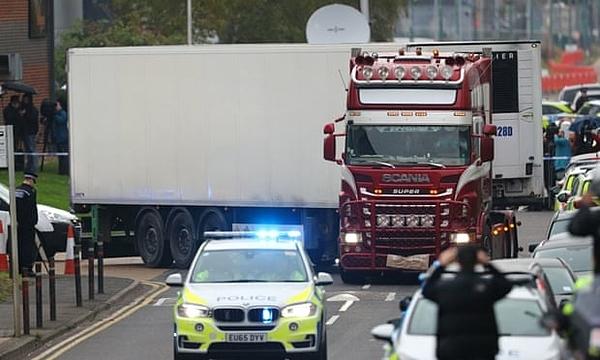 Xe tải container chở39 thi thể được tìm thấy trong một khu công nghiệp ở Grays, Essex, hôm 23/10. Ảnh: Aaron Chown / PA.