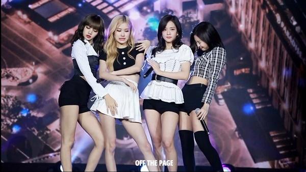 Rosé và Jennie có biểu cảm hài hước khi thấy bọ trên sân khấu còn Lisa, Ji Soo lại cực chuyên nghiệp.
