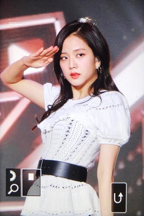 Thời gian vừa qua, Ji Soo khiến fan lo lắng vì tỏ ra khá mệt mỏi, trầm lắng ở các sự kiện.