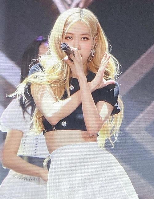 Rosé thuộc top những idol hợp với màu tóc vàng nhất Kpop.