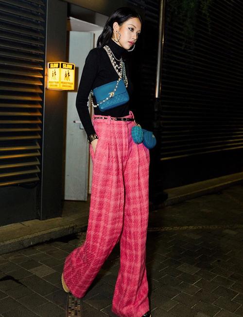 Style diện áo cổ lọ, quần ống rộng vải tweed của Phí Phương Anh giống hệt các quý cô Chanel xưa.