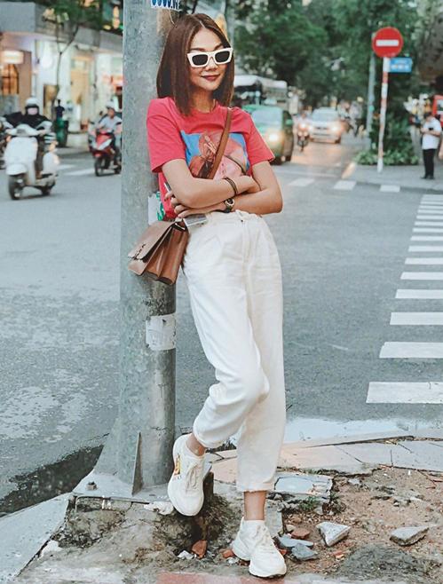 Áo phông, quần jeans và sneakers giúp Thanh Hằng đầy khỏe khoắn trên phố.