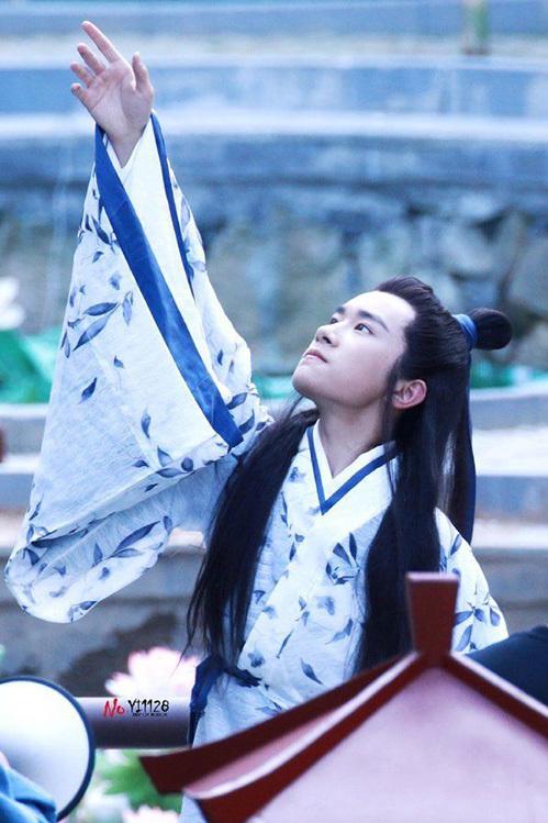 Trong phim, Dịch Dương Thiên Tỉ còn thể hiện khả năng múa khá ấn tượng. Đây là thế mạnh của nam thần tượng vì đã học vũ đạo từ nhỏ. Thành viên TFBoys đã thể hiện rất rõ một hình ảnh Khuất Nguyên yêu thích tự do, lãng mạn và giàu lòng yêu thương.