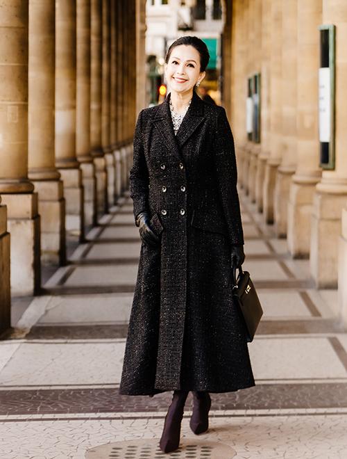 Nữ diễn viên chia sẻ: Việc mặc đẹp lúc nào cũng giúp bản thân tôi có được nguồn năng lượng vui vẻ. Đặc biệt càng vui hơn khi họ biết trang phục tôi mặc không đến từ những thương hiệu đình đám, mà mang dấu ấn đến từ Việt Nam